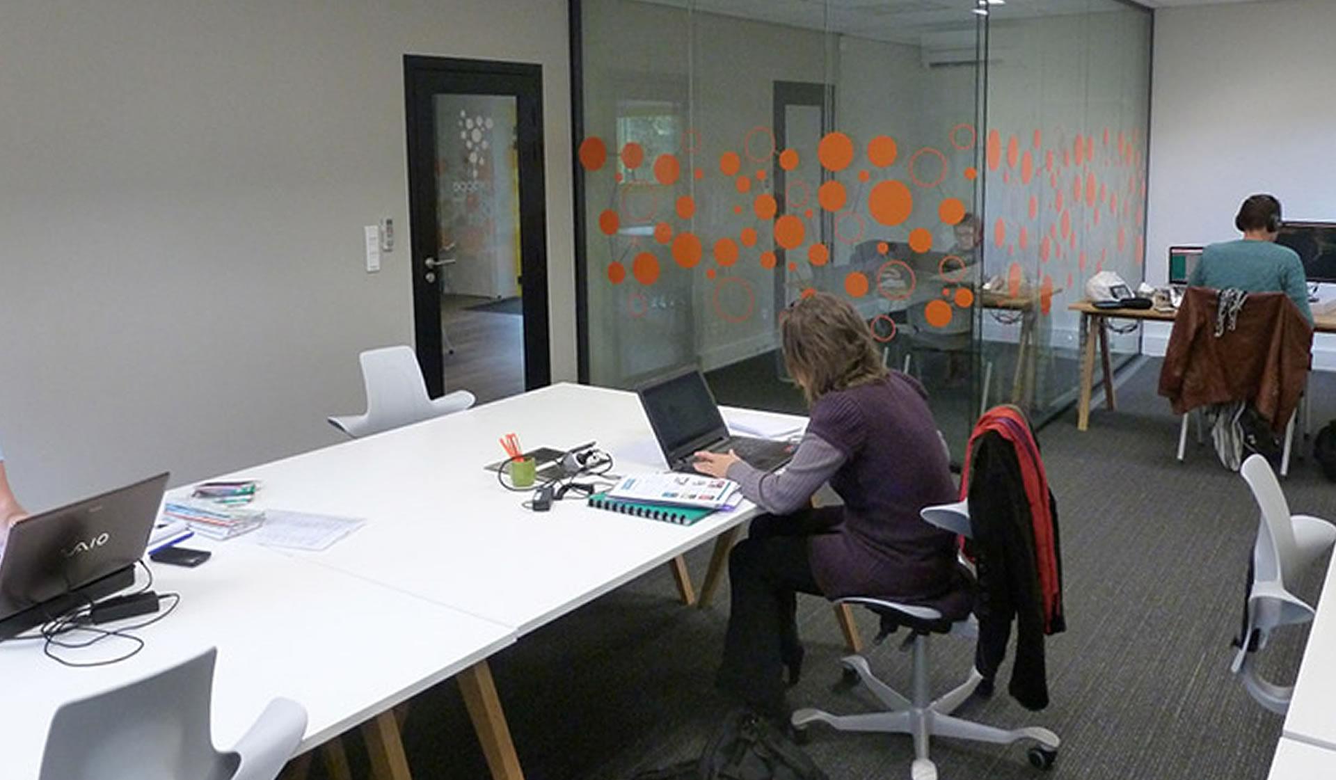La salle de coworking et le bureau vitré de La Grappe à Gaillac